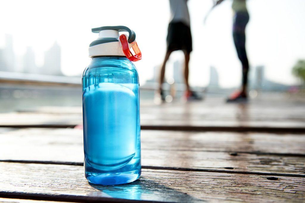 butelka z wodą i osoby aktywne fizycznie
